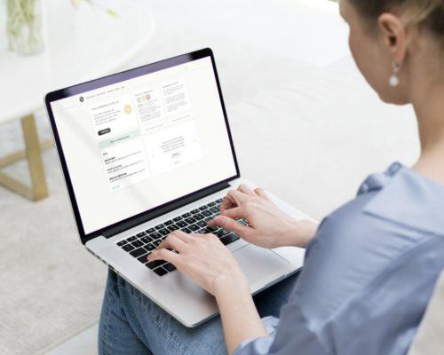 persoon-gebruikt-Inuka-op-desktop.jpg